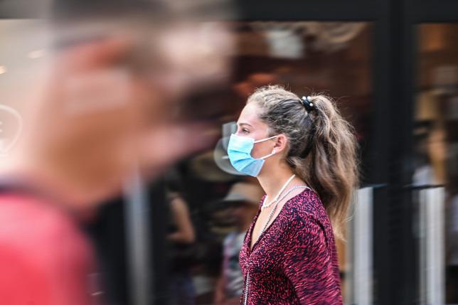 Több a 40 évesnél fiatalabb koronavírusos beteg, mint korábban a Semmelweis Egyetem felmérése szerint, külföldről hozzák be a fiatalok a vírust